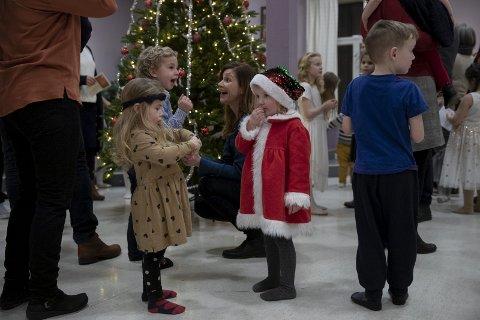KLAR TIL Å GÅ RUNDT JULETREET: Emely Nilsen (foran i rød nissedrakt) og de andre deltagerne på juletrefesten i Betania skal snart gå rundt juletreet for første gang.