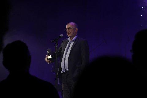 Terje Brevik tok imot hedersprisen til stående applaus.