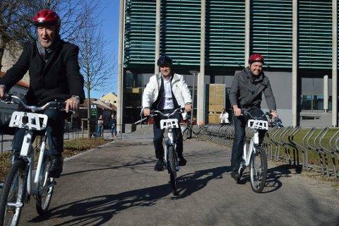 Ordfører Jon-Ivar Nygård (i midten), her fotografert sammen med tidligere fylkesordfører Ole Haabeth (Ap) og Sarpsborg-ordfører Sindre Martinsen-Evje (Ap), er spent på hva løftet om byvekstavtale med Nedre Glomma egentlig vil bety.