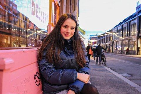 SPENT: Kornelia Eline Skogseth (20) har stått på scenen nesten hele livet, og har skrevet flere manus. Nå er hun en av sju finalister i manuskonkurransen under Amandusfestivalen.