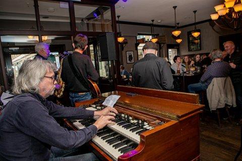 FULLT - IGJEN: Som vanlig var det også lørdag relativt fullt på Havnelageret da jazz- og bluesklubben innkalte til den ukentlige konserten. Her sees Henry Larsen fra Fredrikstad-gruppa  Nobody's Perfect med hammondorgelet sitt foran det begeistrede publikumet.