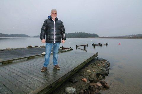 Tørrlagt brygge: Knut-André Haugen så at uværet flyttet brygga i Vispen. Nå håper han på en ny og sterkere brygge.