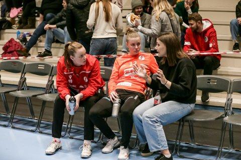 PAUSEPRAT: Julie Næss Brodahl (til venstre) og Hanne Sagvold hadde ingen hyggelig dag mellom stengene. Her tar de et pep-talk med Jenny Sandgren i pausen.