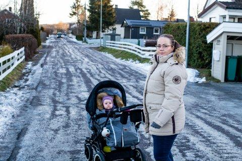 VIL PÅ JOBB: Charlotte Halsnes mottar 7.500 kroner i måneden for å være hjemme med datteren Martine Elise. – Jeg vil helst at Martine skal gå i barnehage nå, og på jobben min vil de ha meg på plass igjen, sier Halsnes.