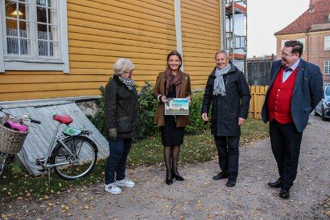 Stortingsrepresentant Ingjerd Schou (H) fikk tirsdag overrakt strategiplanen «Gamlebyen mot 2023» fra prosjektleder Dag Strømsæther. Her med Inger Christine Apenes (t.v.) og Knut Thomas Hareide-Larsen (t.h.) fra Foreningen Gamle Fredrikstad.