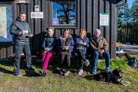 Espen Pettersen (f.v.), Christine Jensen, Monica Kihl, Solbjørg Kihl og Gunnar Kihl hadde tatt med seg hunden Texas til Skihytta søndag ettermiddag.