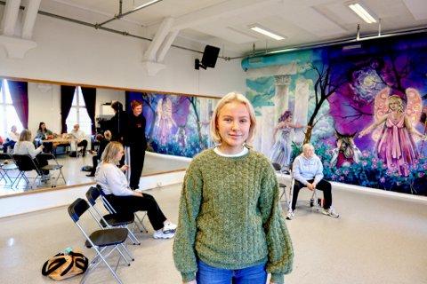 Fredriksstad Blads utsendte møtte Jenny Gladheim Andersson (18) og skuespillerne søndag formiddag: – Vi kommer til å øve langt ut på kvelden. Alt må sitte, forteller hun.
