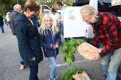 FLYTTET: Nå er Reko–ringen tilbake på parkeringsplassen på Steffensjordet. Dette bildet ble tatt i 2019, da Sissel Bøhn og Josefine Løvland Bøhn (10) kjøpte grønnsaker av Onsøy-småbruker Rolf Krogh-Sørensen.