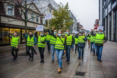 60 vektere fra Fredrikstad og Sarpsborg virket motiverte da de startet streikemarsjen i Nygaardsgata.