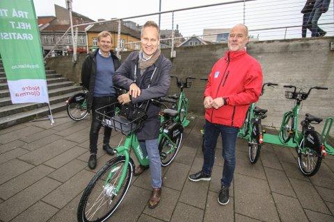 Glede. Fredrikstad-ordfører Jon-Ivar Nygård gleder seg over at bysyklene nå er tilgjengelig. Her flankeres han av Kjell Onstad (ShareBike) og Jostein Haug, daglig leder i Bypakke Nedre Glomma.