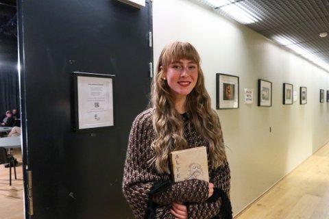 Sara Lyngfoss (18) skriver tekstene sine ned i en bok hun har laget selv.