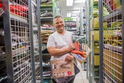 Daglig leder i Superkul, Tommy Eriksen viser frem hvilke kostymer som selger mest.