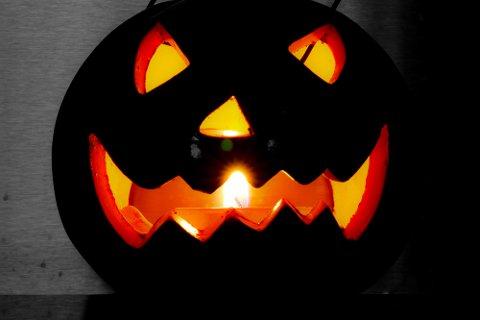 Både Folkehelseinstituttet (FHI) og kommuneoverlegene i Fredrikstad anmoder folk om å tenke alternativt for Halloween 31. oktober.