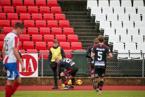 Mads Nielsen var borte hos Henrik Norderhaug (15) da han scoret 2-1-målet. FFK-stopperen tok ballen og kastet inn på banen den for å vise hvordan det skulle gjøres. - Jeg var ikke irritert, det var ment som humor tilbake, sier Nielsen.