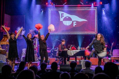 Bjørn Halstensen (i midten) priser seg lykkelig over at de fikk gjennomført flere utsolgte «Absolutt Fredrikstad»-show på City Scene tidligere i høst – mellom to store smitteutbrudd. På grunn av skjerpede restriksjoner og en lang rekke avbestillinger blir premieren på juleshowet utsatt.