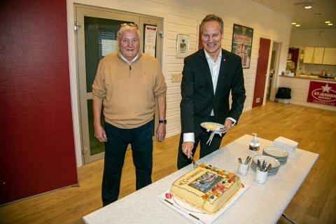 Stjernen-ildsjel Jan G. Lund og ordfører Jon-Ivar Nygård hygget seg med kake.