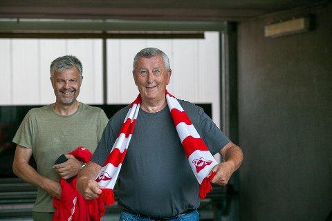FFK-supporter Thor Hauge (til høyre) er blant dem som må stå tidligere opp lørdag dersom han er så heldig å bli trukket ut til å få kampbillett. Matchen mellom FFK og Hødd starter klokken 13.30.