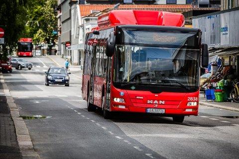 Ny praksis. Så lenge det ikke har vært mulig å benytte den fremre døren på bussen, har det ikke vært anledning til å kjøpe billett av sjåføren. Nå endres praksisen.