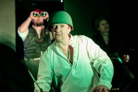 Gard B. Eidsvold er en av skuespillerne som står på scenen i den kritikerroste forestillingen «2010 – Lollywood»