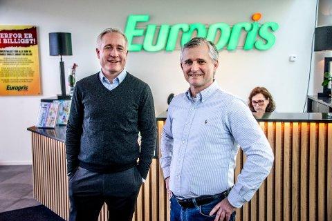 Espen Eldal (t.v.) i Europris sammen med kommersiell direktør Jon Boye Borgersen.