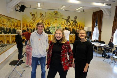 Regissør, koreograf, produsent og skuespiller Anne Haug (20) i midten med sine gode hjelpere Aleksander Hovland (16) og Hedvig Nygaard (15).