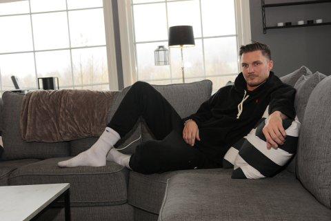 FORANDRET: Livet til Nils Arne Morka er totalt forandret. Fra å være en aktiv mann til bringer han flere timer på sofaen.