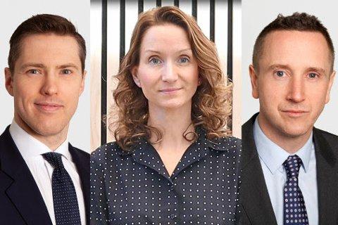 SpareBank 1 Østfold Akershus og direktør for privatmarked, Terese Troy Prebensen (i midten), har med seg advokatene Lasse Egeberg (til venstre) og Torstein Bae (til høyre) i kveld.