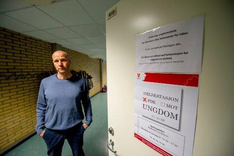 Rektor på Kråkerøy ungdomsskole Tore André Johansen forbereder en periode med undervisning på rødt nivå.