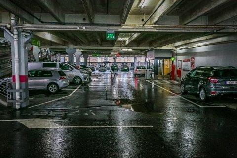 MYE TRAFIKK: Det er ofte mye trafikk og til tider kaotiske tilstander ved de ulike parkeringsplassene rundt om i landet. Her fra en rolig ettermiddag i parkeringshuset i tilknytning til Storbyen kjøpesenter.