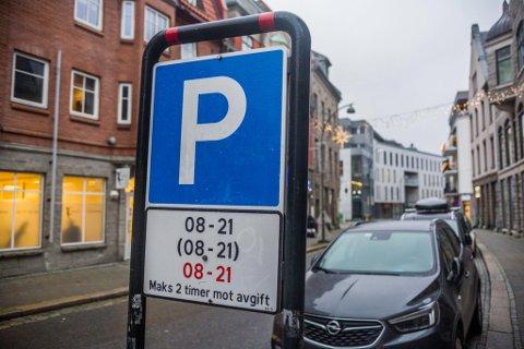 Nå bikker parkeringsavgiften femtilappen på mange av parkeringsplassene i den innerste sentrumskjernen.  Her i Storgata vil det koste 51 kroner i timen neste år.