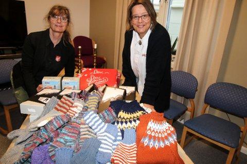 Takknemlige. Frelsesarmeens korpsledere i Fredrikstad, Tine Celand (til venstre) og Britt Levine Lundin viser frem noen av gavene som er kommet inn.