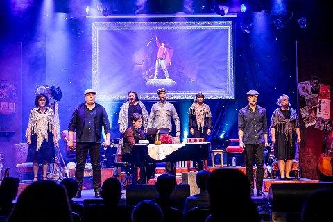 Bjørn Halstensen (i midten) forteller at juleshowet på City Scene går som planlagt, dersom ikke tiltakene strammes ytterligere. - Vi fikk en rekke gode tilbakemeldinger fra publikum fordi smittevernet var godt ivaretatt på «Absolutt Fredrikstad», forteller han.