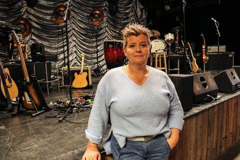 Agnethe Fagerås, daglig leder ved Båthuset Scene, stenger dørene på Båthuset ut året. Det er ikke bærekraftig for henne å holde åpent etter at regjeringen skjerpet koronatiltakene 5. november.