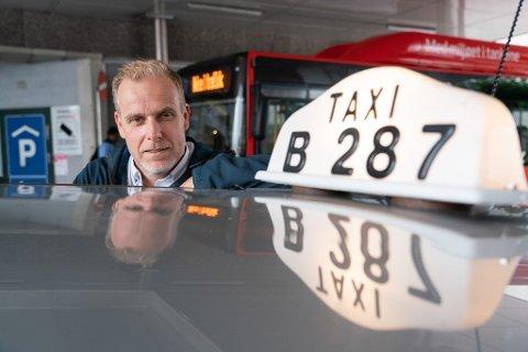 Stian Enghaug, daglig leder i Taxisentralen, politianmelder en passasjer for brudd på karanteneplikten.