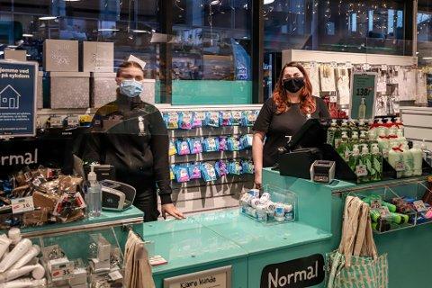 NORMAL: Nanna Lykke (t. v.) og Ragnhild Thomsen melder om frisk pågang i årets julehandel.