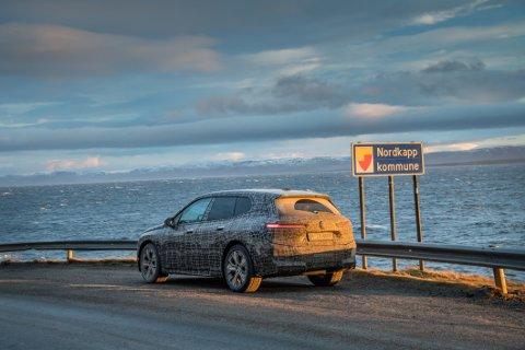 En elbil langt mot nord: BMW har blant annet vært innom Nordkapp under vintertestingen av sin kommende iX.
