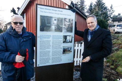 Avduket. Svein Høiden (til venstre) og ordfører Jon-Ivar Nygård var med på å avduke de nye informasjonstavlene om Hans Nielsen Hauges liv .