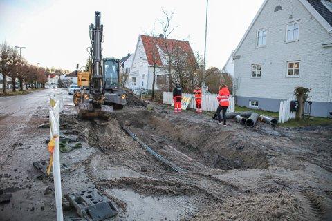 Slik ser det ut i Oslogata på Holmen på lille julaften. Kommunens mannskaper er på plass for å reparere skadene som nattens vannlekkasje førte til.