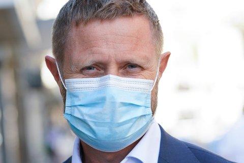 Helse- og omsorgsminister Bent Høie, med munnbind tatt etter pressekonferansen om koronasituasjonen. Arkivfoto.