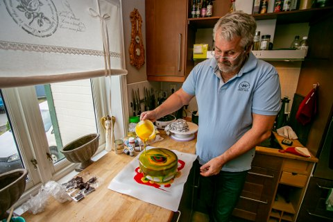 KAKEBAKER: Svein Erik Simensen (59) har en stor lidenskap for kakebaking. Han baker helst kompliserte kaker med flere komponenter som skal kombineres. Alt produseres hjemme på kjøkkenet i eneboligen på Lundheim.
