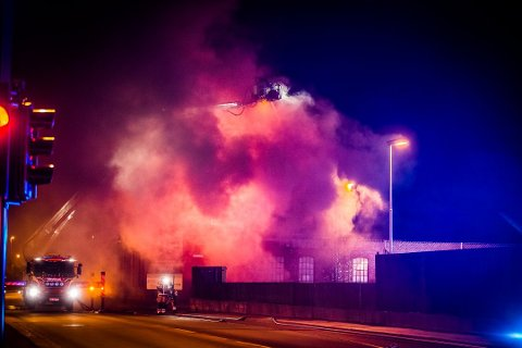 OPP I RØYK: Fasaden som utbyggeren ønsket å bevare i prosjektet Vatvedt Torg tapte kampen mot flammene tirsdag kveld.