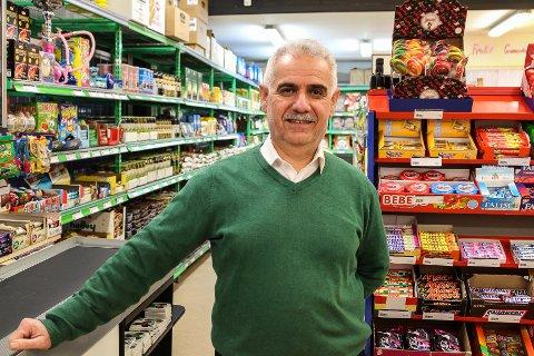 TILBAKE: Shallaw Ahmed Abdullah (57) er tilbake i dagligvarebutikken i Holmegata han åpnet i 2007. De siste to årene har det ikke vært butikk her, men nå er tilbudet større og bedre enn noen gang, påstår han.