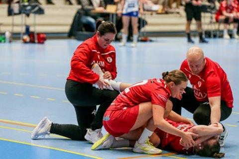 SMERTERFULLT: Her vrir Thale Rushfeldt Deila seg i smerter. Hun får støtte av trener Eirik Haugdal, Andrea Rønning og Ann-Hege Marken.