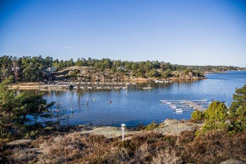 Nordsted Vel ( som holder til på hitsiden av bukta) mener at feriehjemmet Myrvold  har etablert for stort bryggeanlegg på den andre siden.