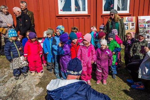 Ofte på tur: Barna i Brekke barnehage bruker hele Kirkøy som boltreplass - her er flere avbildet ved gamle Brekke skole i fjor. Utflukter, gårdsarbeid og vanntilvenning er viktige innslag i hverdagen. Foreldrene er så fornøyde med barnehagen at de har gitt den nærmest toppscore i en fersk undersøkelse.
