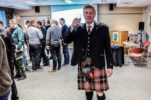 Richard Kvam inntok Fredrikstad Whiskyfestival 2020 iført en offisiell norsk kilt.