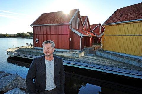 Rådmann Dag W. Eriksen står fast på at utedoen på Vesterøy ikke kan fyres opp som ovnsved. Her er rådmannen  fotografert på Skjærhalden i en annen sammenheng.