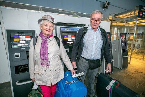 REISEKLAR: Ekteparet Margareth Engstad og Hans Torgeir Johansen gleder seg til ferie på Gran Canaria. De er ikke redde for å bli smittet med koronavirus.