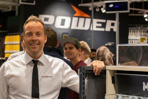 Selger mye, men ser ingen grunn til jubel: Selv om Power fortsatt selger bra med varer i hele landet, synes administrerende direktør, Anders Nilsen fra Gressvik, det er tungt å se hvordan mange i handelsbransjen sliter om dagen.