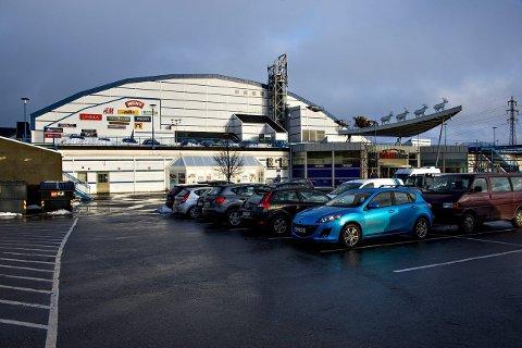 I den øverste delen av kjøpesenteret Østfoldhallen ligger den store innendørs fotballhallen. I forbindelse med trening der 9. februar har flere personer blitt smittet av koronaviruset.